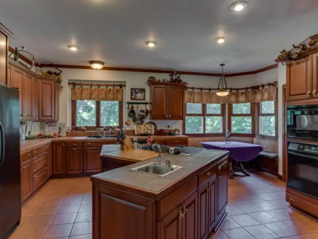 575-Day-Dr-kitchen